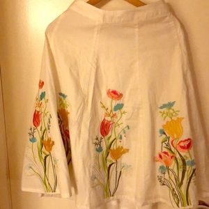 Skirt with embroidered flowers